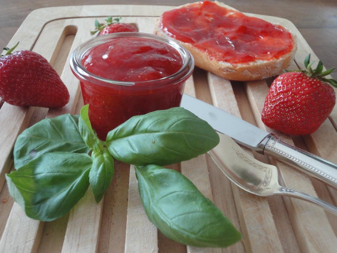 kalt ger hrter erdbeer fruchtaufstrich mit basilikum delicious dishes around my kitchen. Black Bedroom Furniture Sets. Home Design Ideas