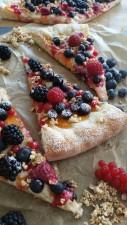 süßer rustikaler Flammkuchen mit Beeren und Aprikose