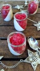 Weihnachtliches Zimt-Panna- Cotta mit Cranberry-Rum- Granite