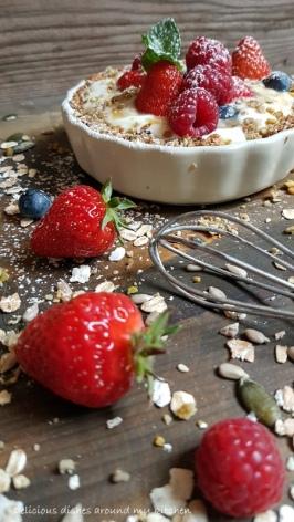 Frühstück- Granola mit Joghurtcreme und Früchten