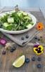 Wildkräutersalat mit Blaubeeren